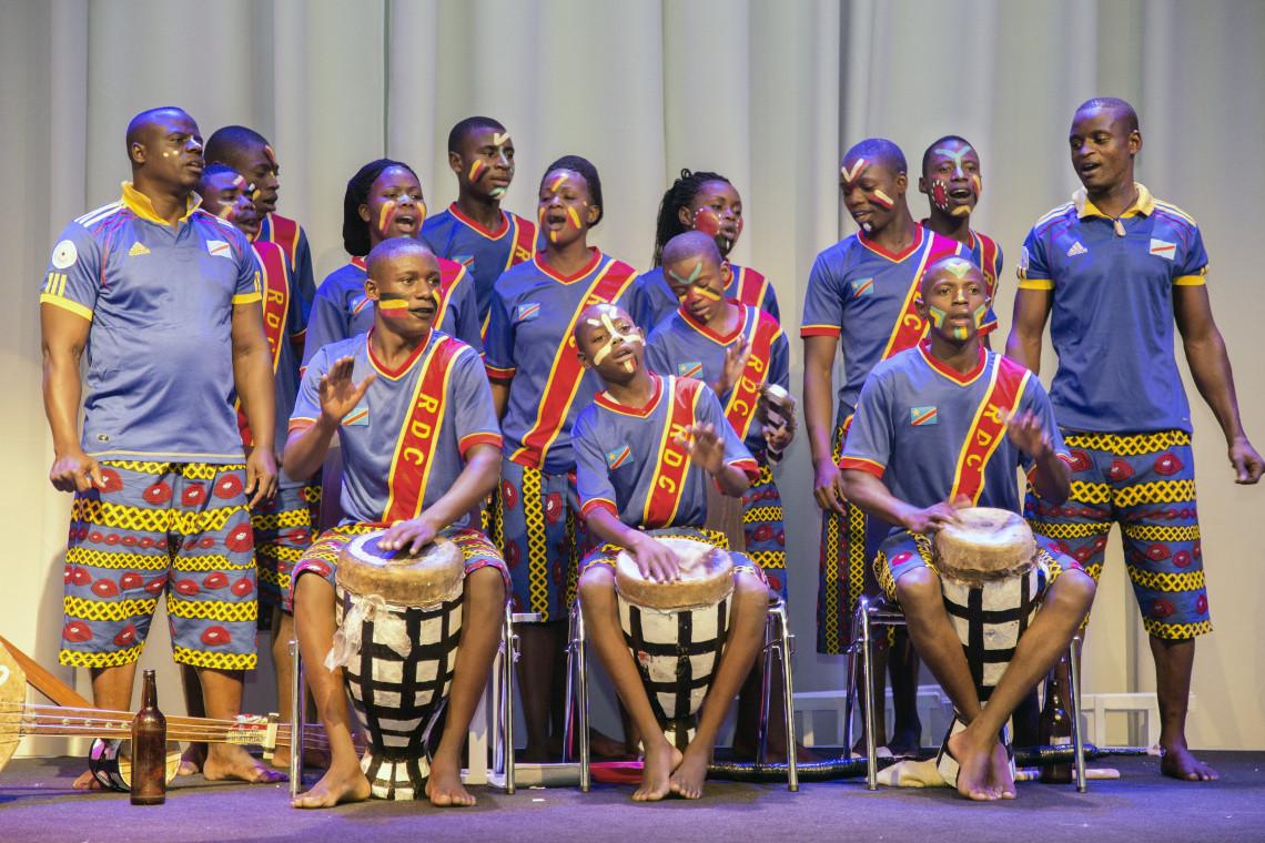 Aufführung mit Theater und Akrobatik von Mutoto chaud, einer kongolesischen Gruppe