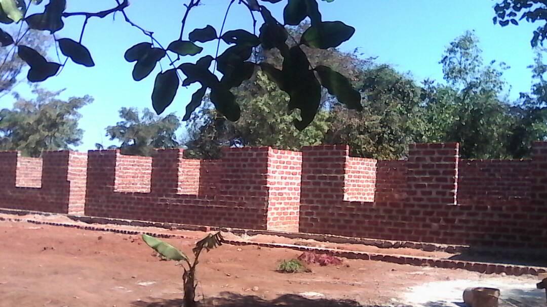 Die ersten Mauern   Kindergartens stehen.
