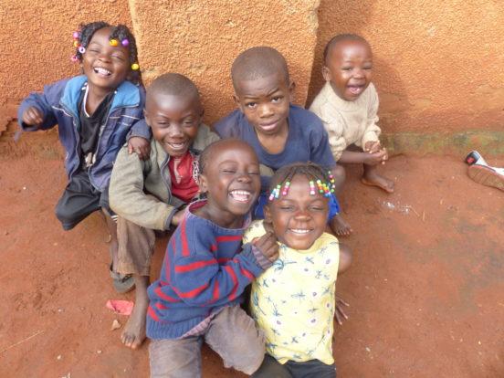 Mädchen und Jungen im Village Mutoto