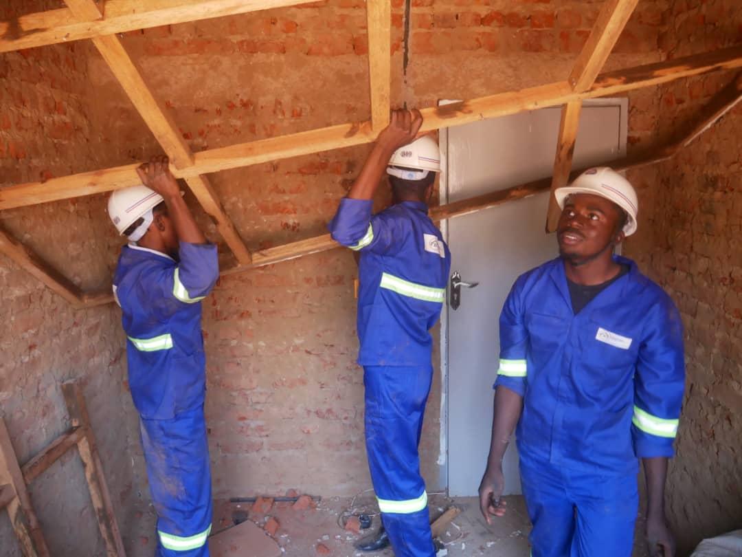 Die Handwerker arbeiten am Dachstuhl im Village Mutoto.
