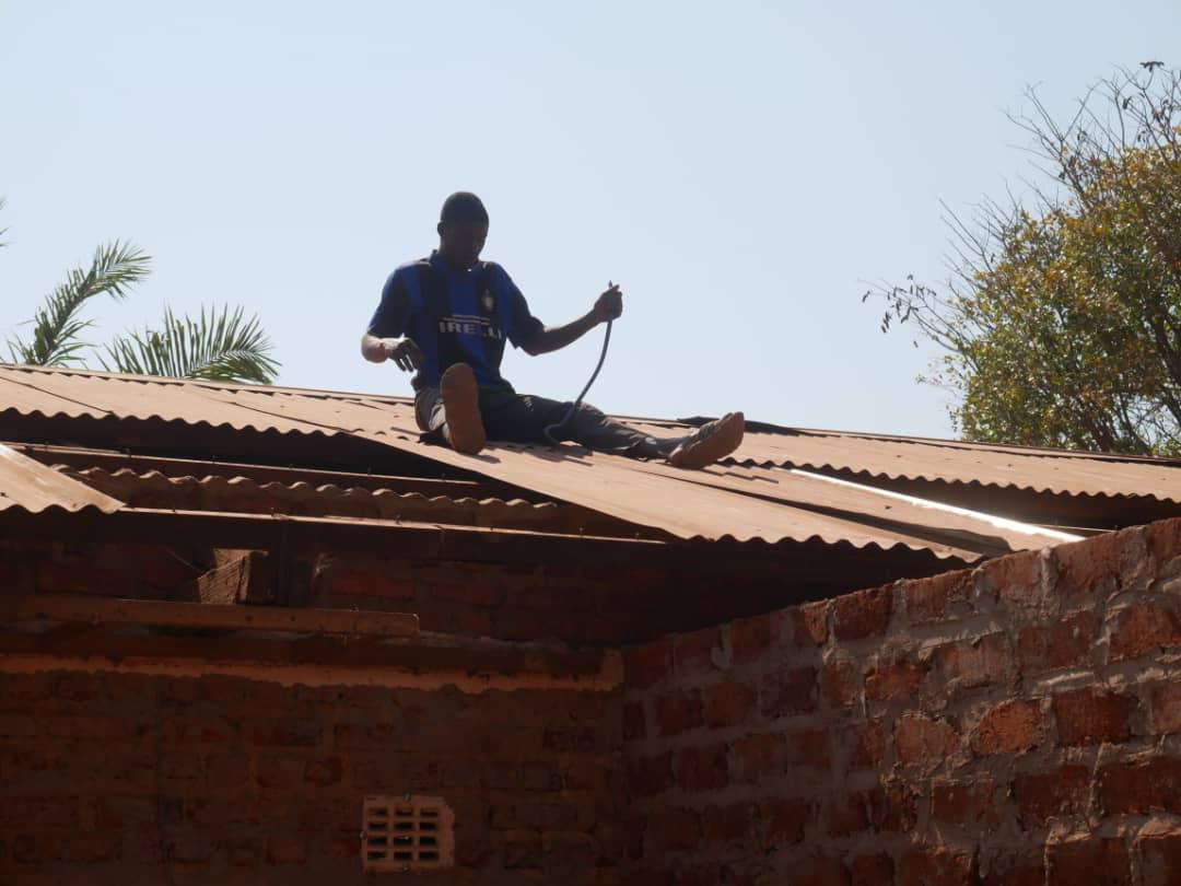 Vom Boden bis zum Dach wird das Mutoto Internat renoviert.