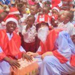 Weihnachtsmänner bei Mutoto