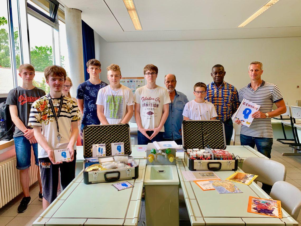AFG-Schülerinnen und Schüler überreichen zwei neuen Experimentierkoffer an Mutoto e.V.